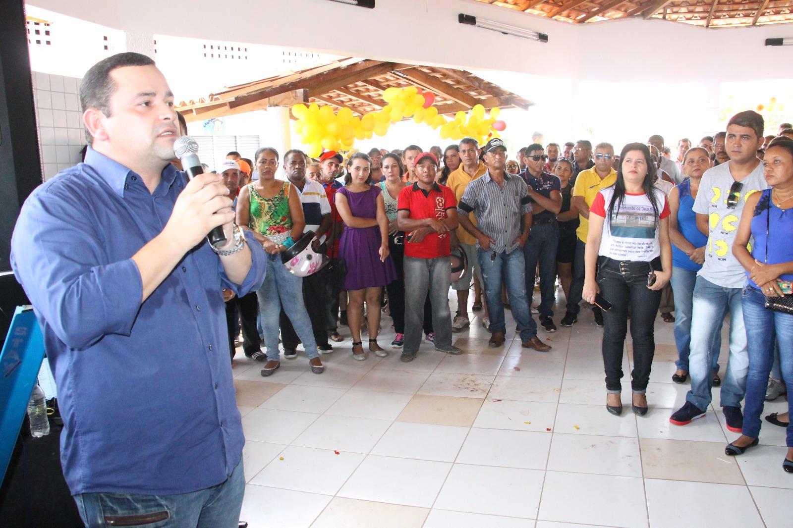 Vinicius Louro leva asfalto para o Povoado Manoel João e participa de entrega de obras para a população