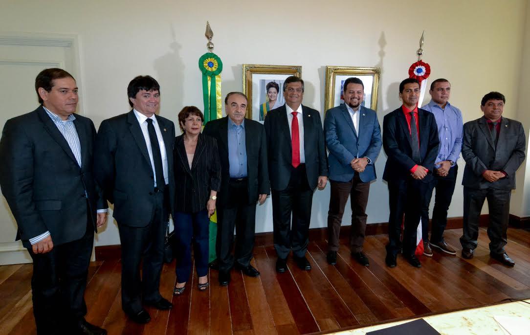 Léo Cunha comemora autorização dos serviços para nova iluminação da Av. Pedro Neiva de Santana