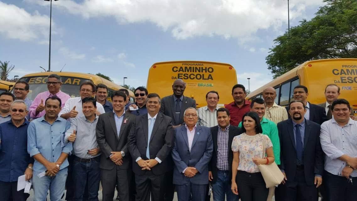 Cabo Campos prestigia entrega de 44 ônibus escolares