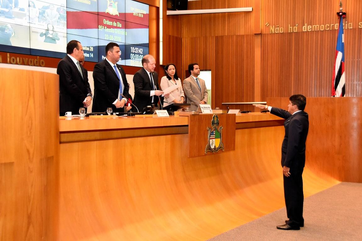 Marcos Caldas assume o mandato de deputado estadual, durante sessão