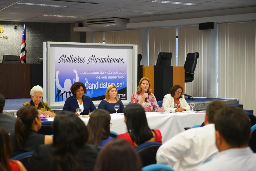 Valéria participa de debate sobre participação da mulher na política no TRE