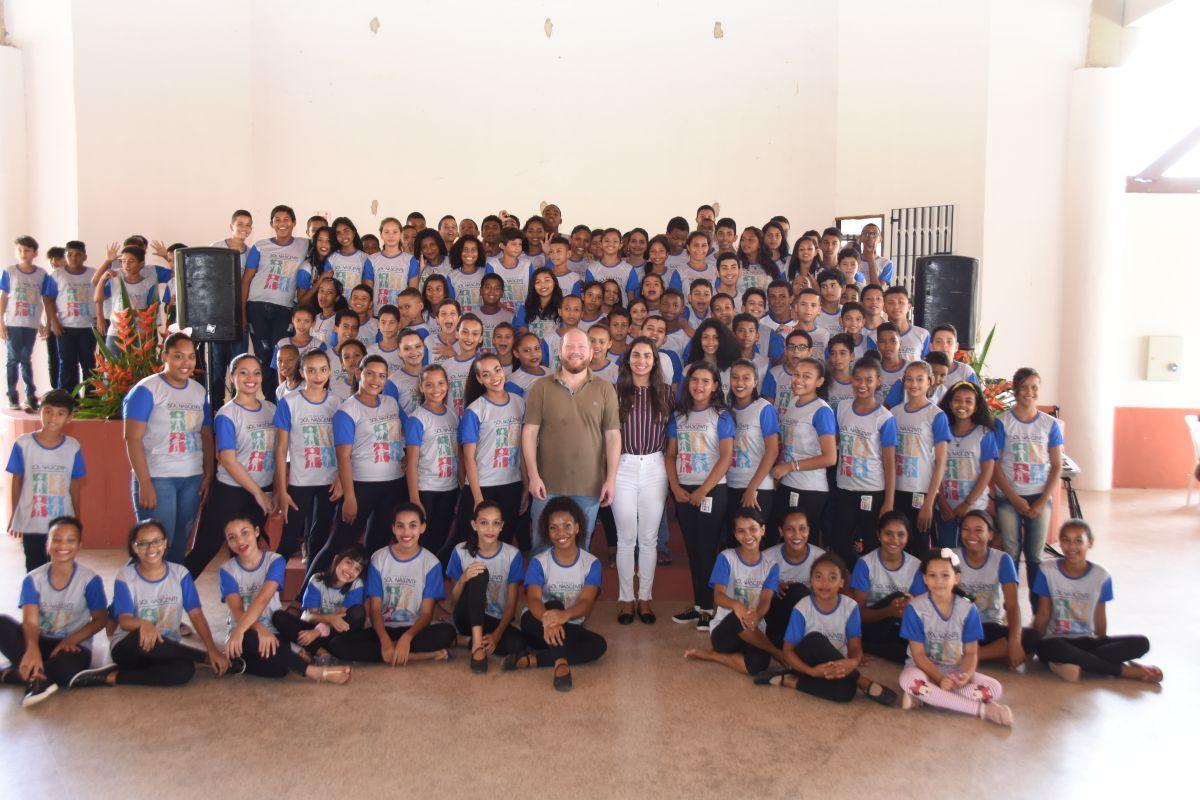 Othelino Neto prestigia Festa de Páscoa do Gedema para crianças do programa Sol Nascente