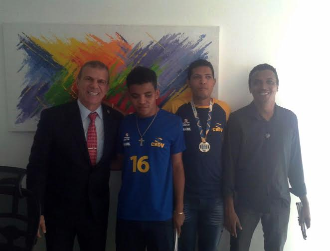 Sérgio Frota recebe atletas vencedores do desafio internacional para cegos